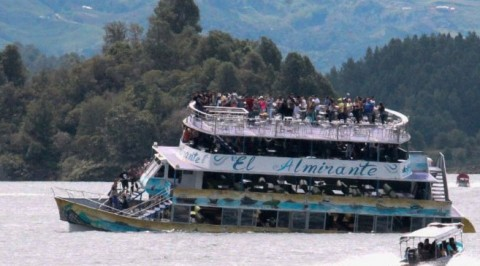 Tourists boat sinks in Columbia