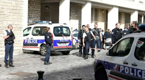 Car rams into soldiers, injures 6 in Paris