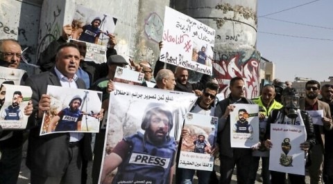 Palestinian journalists protest colleague injury