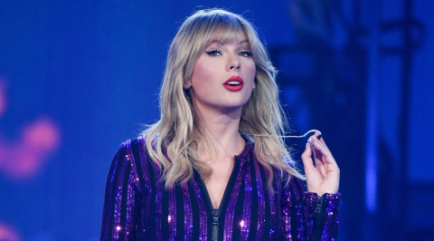 Taylor Swift finally allowed to perform her hits at the AMAs
