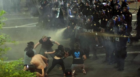 police fires tear gas at protesters at Trump-rally