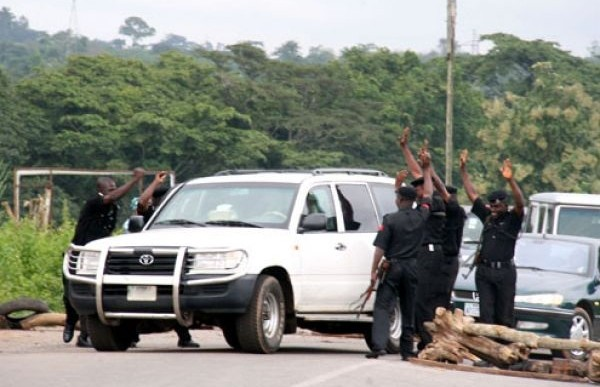 Senate orders police to dismantle road blocks